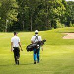 Zwei Golfspieler auf dem Golfplatz.