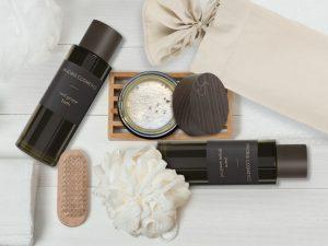 Verschiedene Kosmetikprodukte dekoriert.