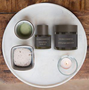 Verschiedene Kosmetikprodukte mit Teelicht, Salz und Oel.