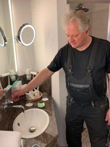 Hausmeister prüft Wasser im Golfpark Strelasund