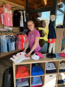 Frau Remer präsentiert Golfmode im Pro Shop