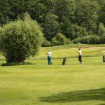 Zwei Golfer auf dem Golfplatz.