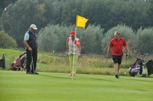 3 Golfer auf dem Golfpaltz im Golfplatz Strelasund