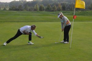 Zwei Golfer auf dem Golfplatz im Golfpark Strelasund