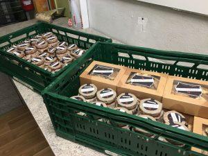 Boxen mit Spenden vom Golfpark Strelasund