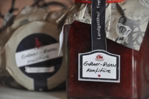Regionale Köstlichkeiten Erdbeer Rosen Konfitüre